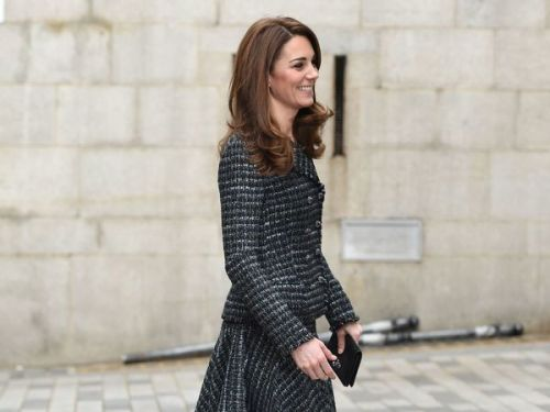 PHOTOS. Kate Middleton resplendissante dans un tailleur Chanel en tweed qui sublime sa fine silhouette