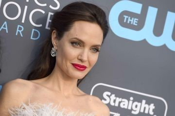 Angelina Jolie resplendissante aux Critics Choice Awards