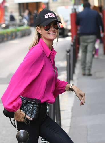 PHOTOS - Laeticia Hallyday:  elle ose une tenue ultra-flashy et multiplie les clins d'oeils à son mari Johnny