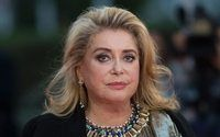 Le chic intemporel de Catherine Deneuve s'invite chez A.P.C