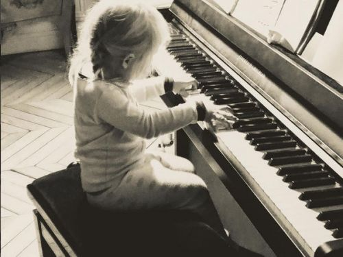 PHOTO. Alice Taglioni poste un adorable cliché de sa fille en train de jouer du piano