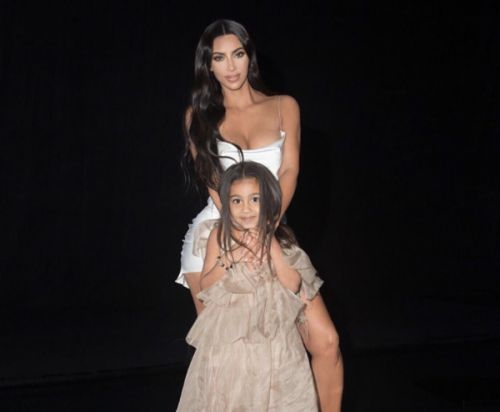 PHOTOS. Trop chou, Kim Kardashian et sa fille North West improvisent une séance photos ensemble