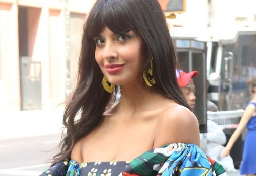 PHOTOS. Jameela Jamil:  la star de The Good Place sublime en robe à motifs ultra colorée