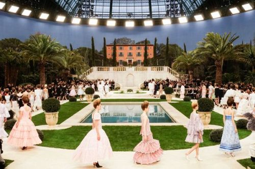 Mort de Karl Lagerfeld:  les sublimes photos de son dernier défilé Chanel à la Fashion Week de Paris