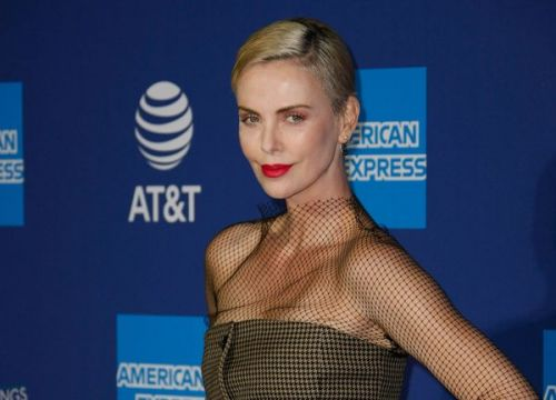 Charlize Theron:  son look inattendu et élégant très remarqué au Festival International du Film de Palm Springs