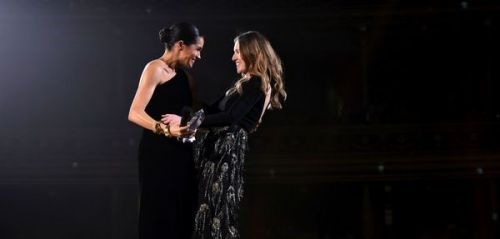 Meghan Markle s'invite aux British Fashion Awards et fait encore fi du protocole