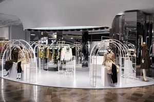 Burberry installe sa collection de trench coats Heritage aux Galeries Lafayette