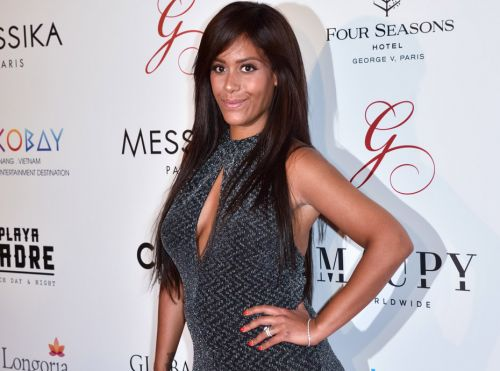 PHOTO - Amel Bent enceinte, la coach de The Voice Kids pose en une d'un magazine télé