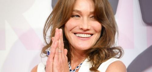 PHOTO. Adorable ! Carla Bruni partage une photo de sa maman, en maillot de bain rose bonbon