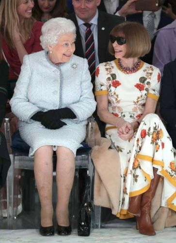 Public Royalty:  quand Elizabeth II assiste à la fashion week avec Anna Wintour !