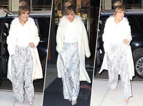 Rita Ora:  manteau blanc, pantalon flare et allure de working-girl !