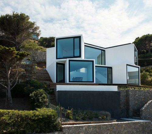 The Incredible Contemporary House Facing the Mediterranean