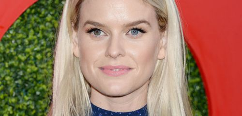PHOTOS. On voit tout ! Alice Eve ose un look transparent à la soirée GQ Men of the Year