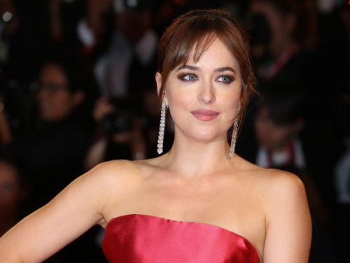 PHOTOS. Dakota Johnson splendide dans une robe rouge Dior couture pour la Mostra de Venise