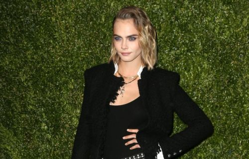 VIDEO. Ashley Benson a Cara Delevingne dans la peau. Britney Spears et Sam Asghari font leur premier tapis rouge