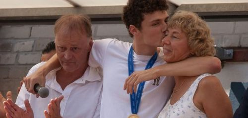 PHOTOS. Coupe du monde 2018:  Benjamin Pavard embrasse tendrement ses parents à son retour à Jeumont