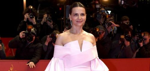 PHOTOS. Juliette Binoche sublime dans une robe haute couture au Festival International du Film de Berlin
