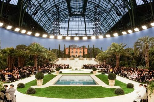 PHOTOS. Fashion Week de Paris:  l'impressionnant décor du défilé Chanel sous la verrière du Grand Palais