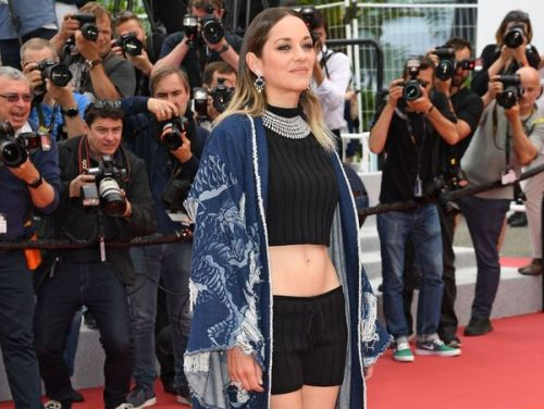 PHOTOS. Cannes 2019:  Marion Cotillard, beauté sculpturale, prend la pose en mini-short le nombril à l'air
